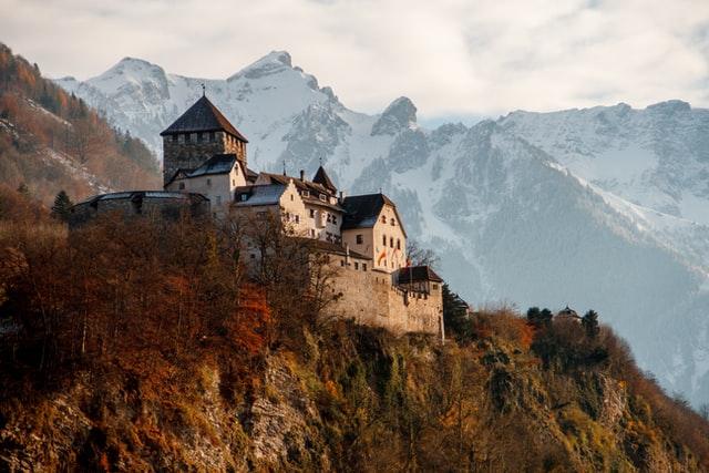 Keskikaikainen linna rinteessä